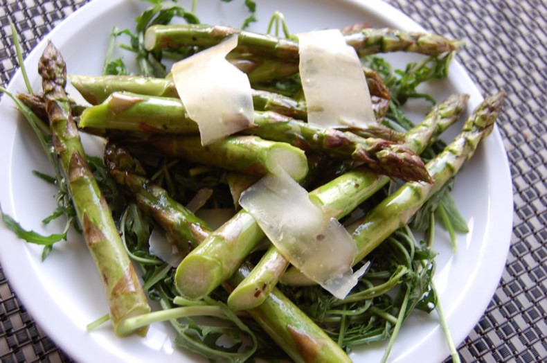 Asparagus salad with rocket and shavings of parmesan cheese